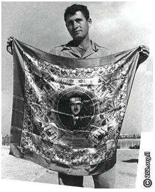 مظلي يحمل منديلاً عليه صورة جمال عبد الناصر، مهمة الصبحة، عملية البركان، 2 تشرين الثاني / نوفمبر 1955، بإذن من جمعية تراث المظليين