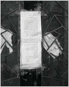 """بوابة """"بيت الشرق"""" المغلقة، 2013. ملصقٌ على الباب يتضمن أمراً بالإغلاق يقوم الجيش الإسرائيلي بتجديده كل عدة أشهر. المصور: جوش ماكفي، وفد المؤرشفين والمكتبيين إلى فلسطين"""